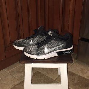 Nike Air Max 7.5  B&W Sneakers